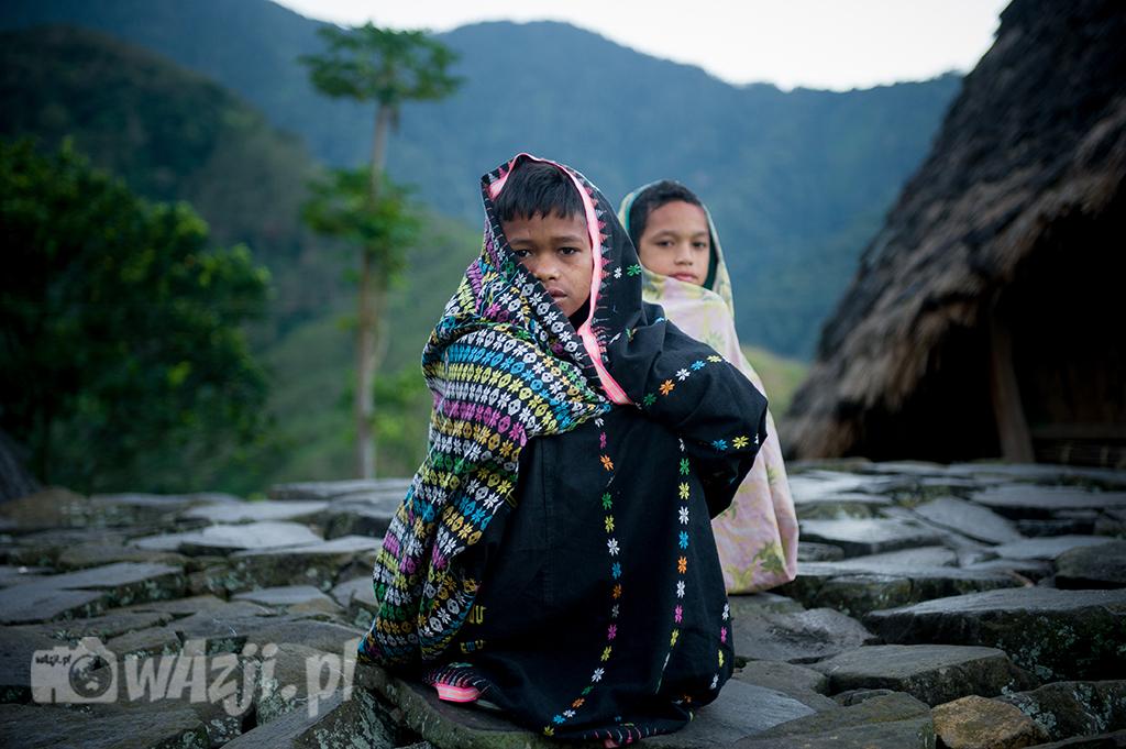 Indonezja, Flores. Rześki poranek w Wae Rebo najlepiej spędzić otulając się w gruby sarong. (lipiec 2015)