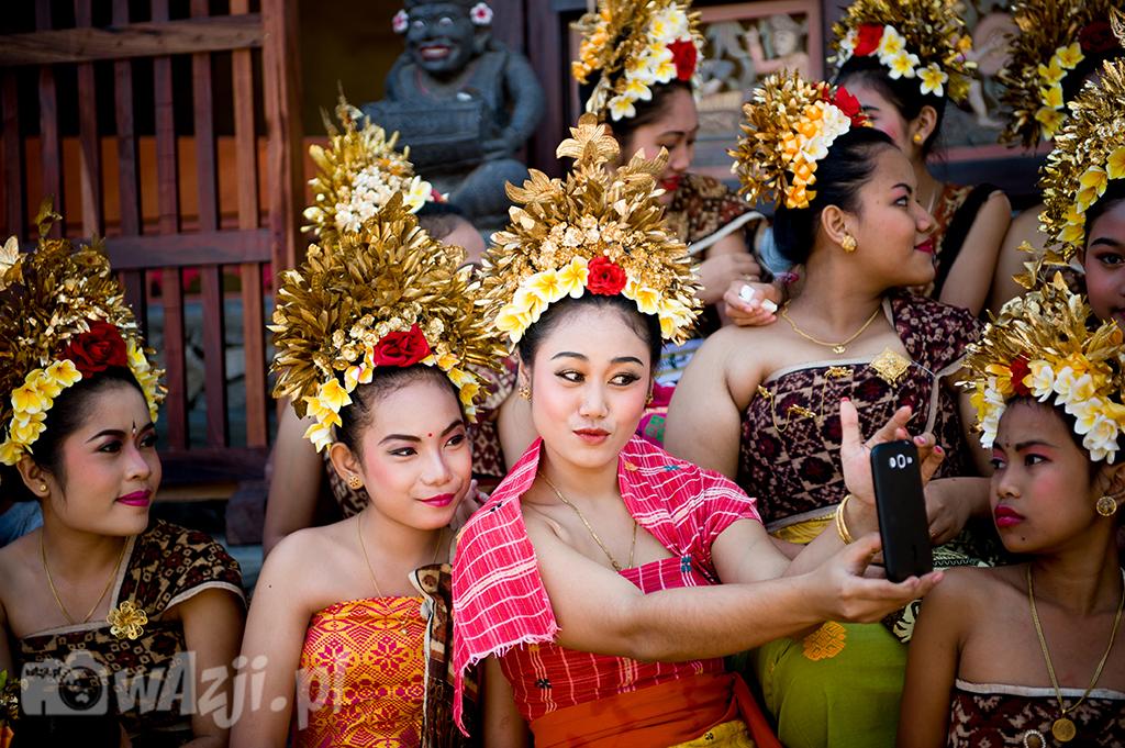 Indonezja, Bali. Podczas ceremonii w wiosce Tenganan. Bo każdy lubi selfie. (lipiec 2015)