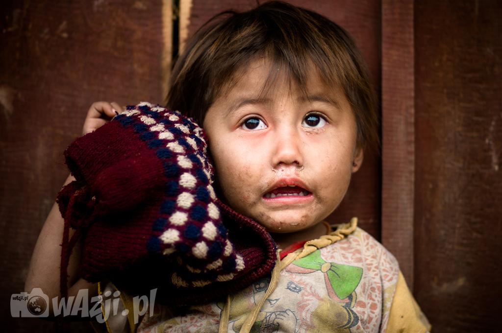 Portret dziewczynki Khamu w okolicach Luang Nam Tha.