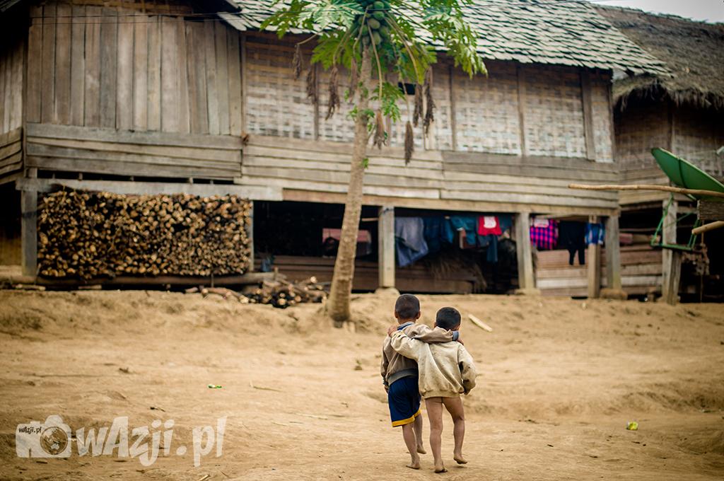 W położonej w środku dżungli wiosce Khamu.