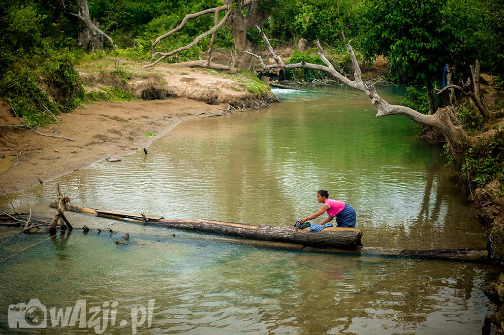 Pranie w rzece w wiosce ludu Khamu.