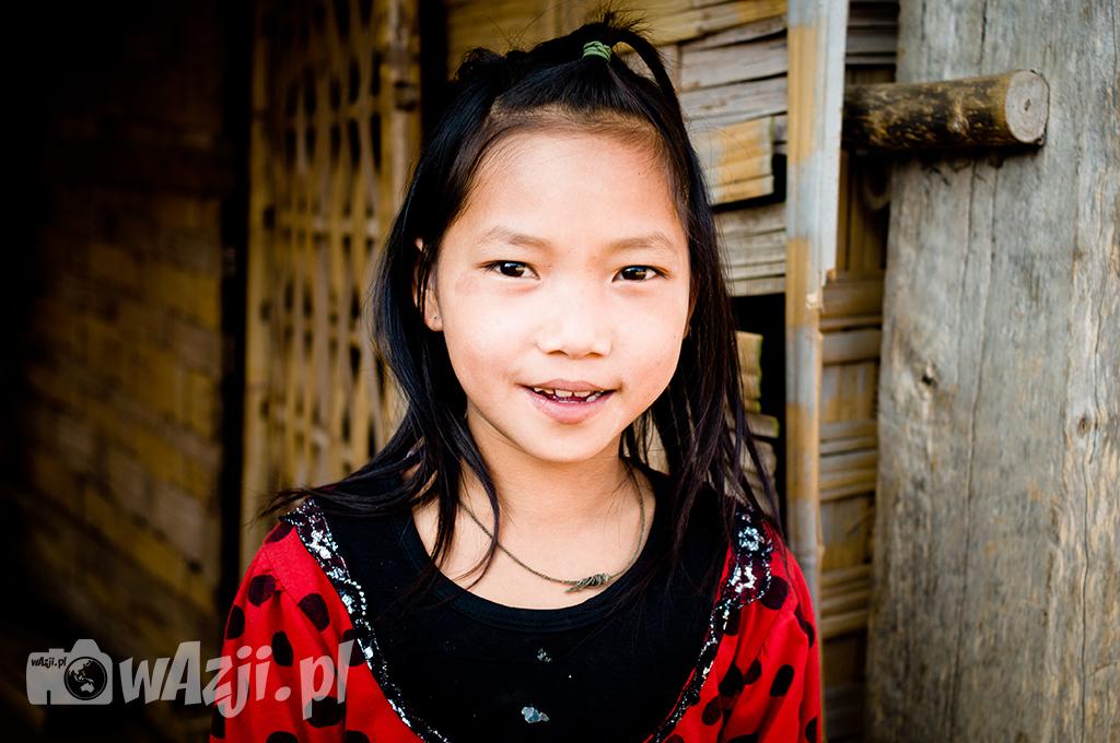Portret dziewczynki Akha z Muang Sing.