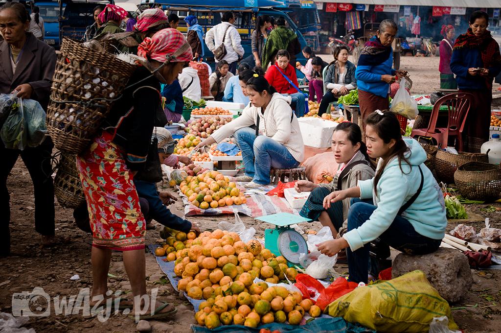 Lokalny targ w Muang Sing, na który schodzą z położonych w górach wiosek lokalne mniejszości etniczne.