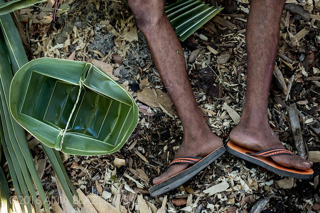 Rote, Indonezja. Kwiecień 2016. Winna palma z Rote to dla mieszkańców wyspy niemal drzewo życia towarzyszące im na każdym jego etapie. Z liści palmowych wyrabia się koszyki.